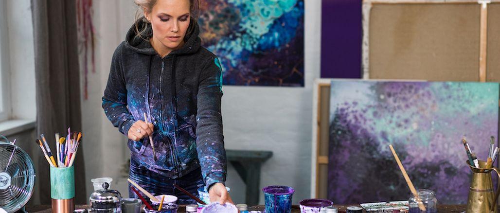 Cesta do vesmíru: Dr.Hauschka představuje kolekci Purple Light s obaly švédské umělkyně