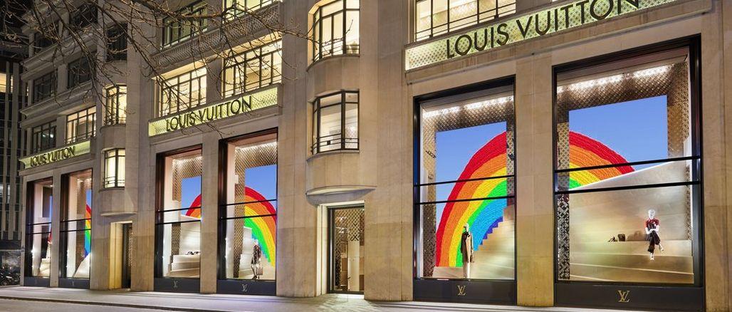 Proč mají obchody Louis Vuitton ve svých výlohách duhu?